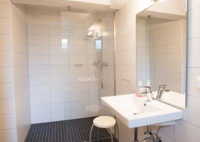 Moderne Dusche und Waschbecken im Saunabereich